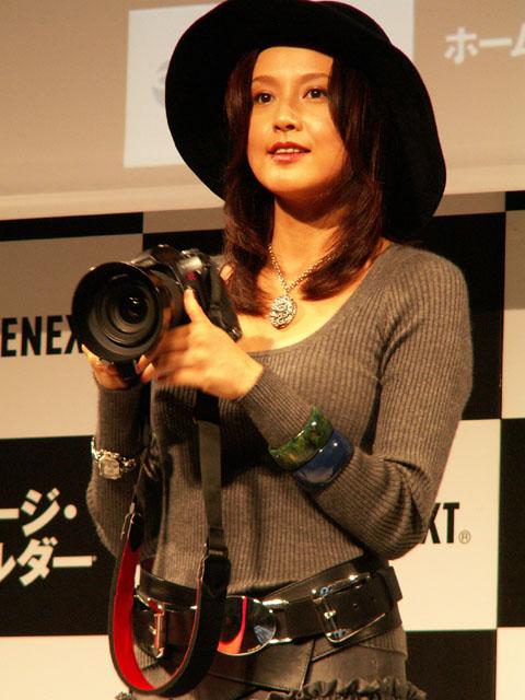 黒い帽子をかぶってカメラを構える藤原紀香