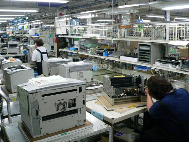 3f55a26e85 製品ごとに修理エリアが分かれている。レーザープリンタの修理エリアの様子 ...