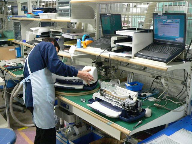 2d761fb068 修理センター内で最大規模を誇るインクジェットプリンタの修理エリア