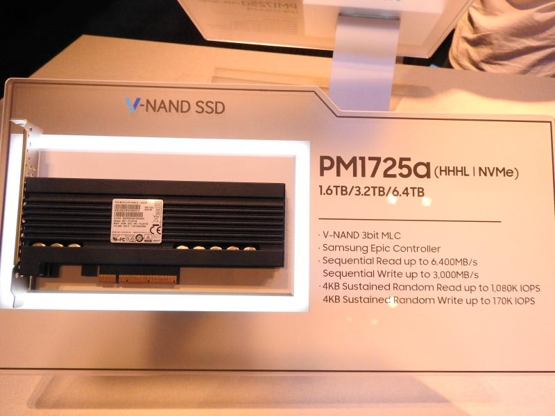 HHHLフォームファクタNVMe対応の高速SSD「PM1725a」。容量は1.6TB/3.2TB/6.4TBで、3bit MLC V-NANDを採用。コントローラはEpicで、シーケンシャルリードは最大6,400MB/s、シーケンシャルライトは最大3,000MB/s。4KBランダムリードは最大1080,000IOPS、4KBランダムライトは最大170,000IOPSである
