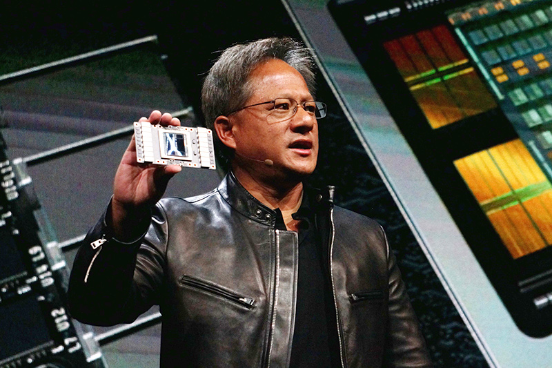 Volta GV100を掲げるJen-Hsun Huang氏(Founder and CEO, NVIDIA)