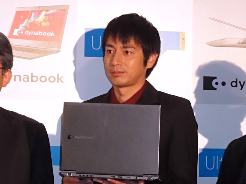 dynabook R631を持つ徳井義実さん