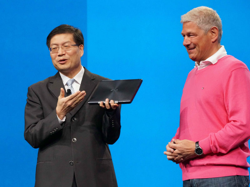 Bay Trail-Tベースのタブレット「Transformer Book T100」を紹介するASUSのJerry Shen氏(CEO, ASUS)。右はIntelのDr. Hermann Eul氏(Vice President, General Manager, Mobile and Communications Group, Intel)
