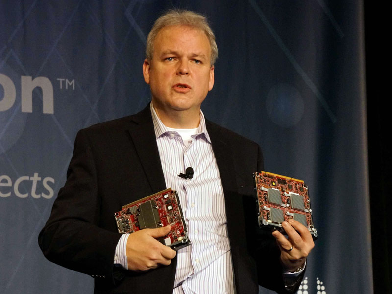 ARMサーバーボードを手にしたMartin Fink氏(CTO and Director of HP Labs, Hewlett-Packard)
