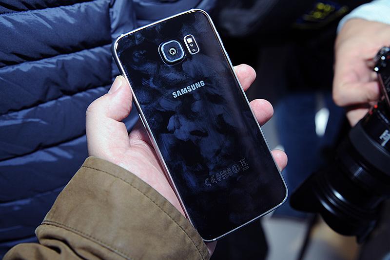 【悲報】GalaxyS6の林檎化が止まらない 電池交換→廃止 microSDスロット→廃止