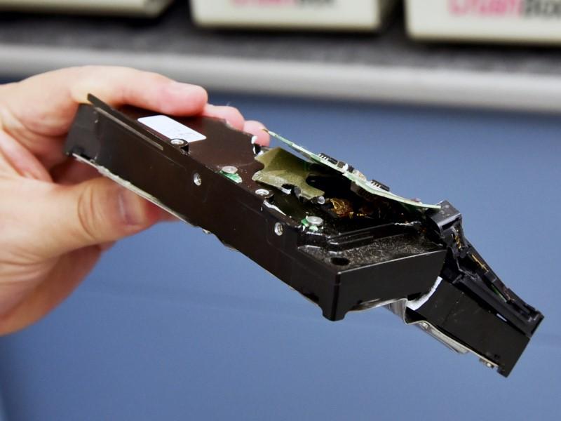 話題となった物理HDDクラッシャーで実際にHDDを破壊してきた